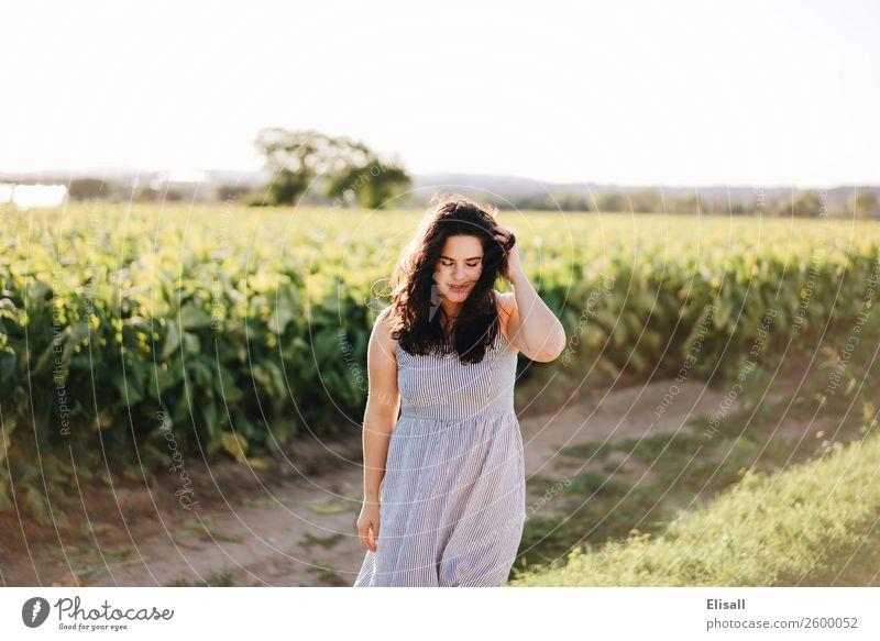 Fröhliche junge Frau Lifestyle Freude Mensch feminin 1 Gefühle Stimmung Tugend Fröhlichkeit Lebensfreude Begeisterung Euphorie selbstbewußt Optimismus Erfolg