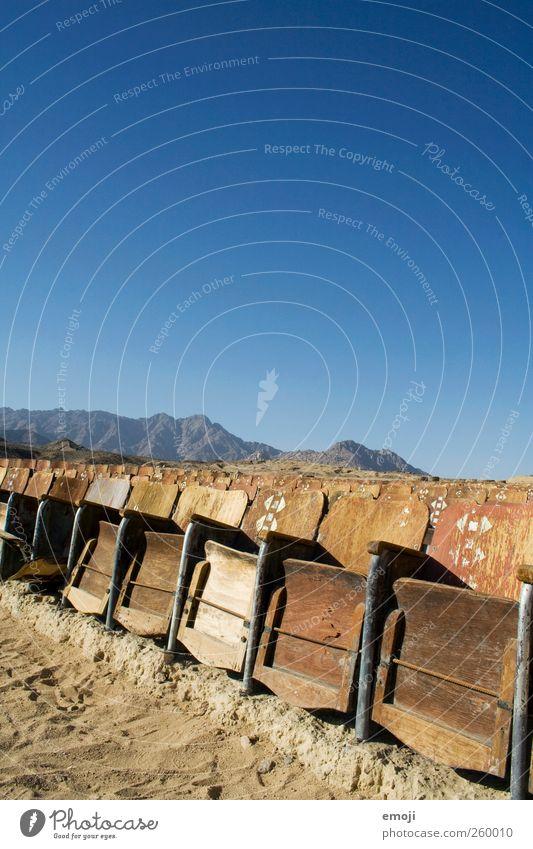 Wüstenkino III Himmel Natur Sommer Umwelt außergewöhnlich Stuhl Wüste trocken Kino Dürre Wolkenloser Himmel Freiraum Kinosaal Kinosessel