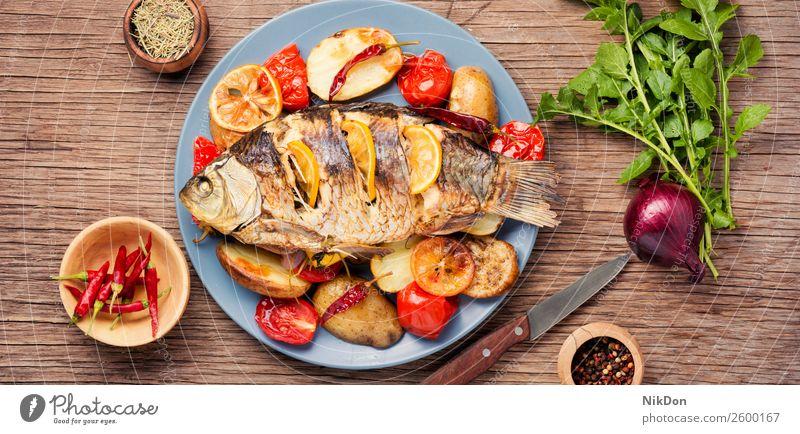 Fisch gebacken mit Gemüsebeilage Karpfen Mahlzeit gegrillt Abendessen Meeresfrüchte Zitrone Gesundheit Teller Lebensmittel Mittagessen Küche Speise Diät