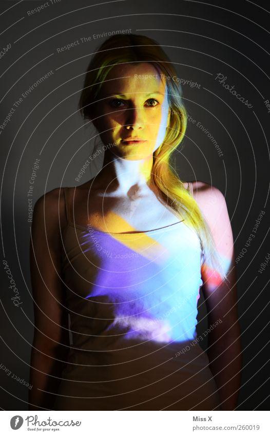 bunter Mensch feminin Frau Erwachsene 1 18-30 Jahre Jugendliche blond langhaarig leuchten schön mehrfarbig Farbe Lichtspiel Farbenspiel Farbfoto Studioaufnahme