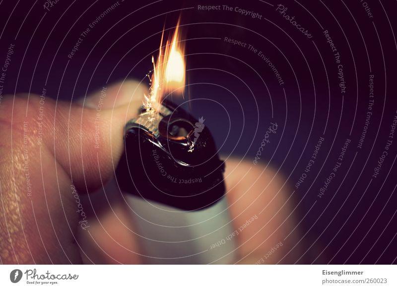 Zündung Feuerzeug Energie zünden zündend Daumen Flamme feuerstein lighter Farbfoto Innenaufnahme Textfreiraum rechts Tag