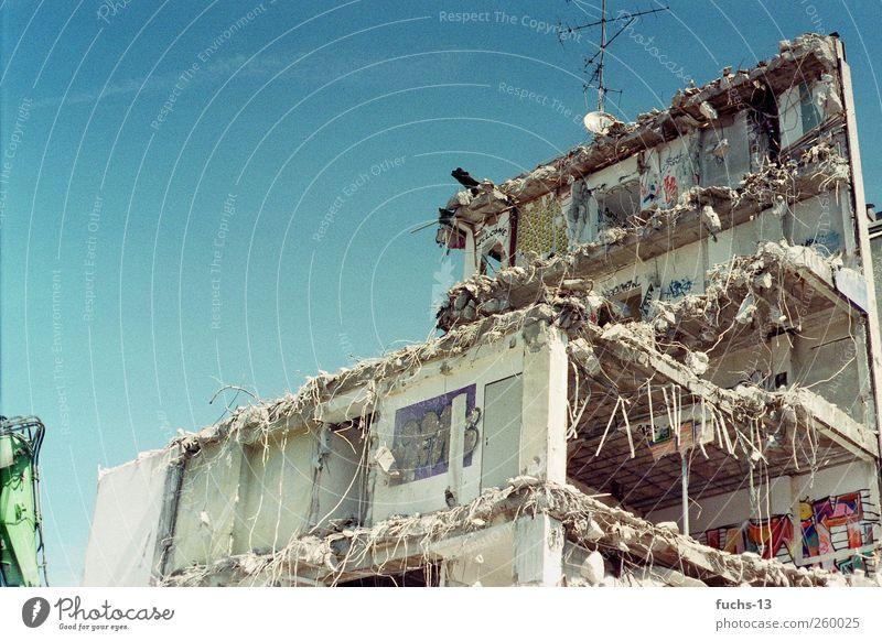 Home Sweet Home Lifestyle Stil Wohnung Haus Hausbau Renovieren Fernseher Antenne Kunst Architektur Subkultur Bauwerk Gebäude Ruine ruiniert schäbig Mauer Wand