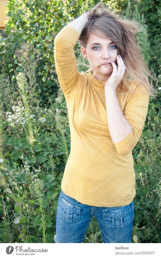 #260027 Stil Freizeit & Hobby Spielen Garten Junge Frau Jugendliche Erwachsene Leben 1 Mensch Park Wiese Mode Haare & Frisuren beobachten entdecken Erholung