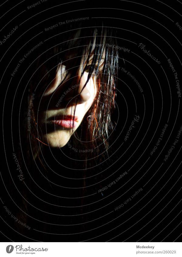 Im Verborgenen Mensch Jugendliche weiß rot schwarz Gesicht Erwachsene gelb feminin kalt dunkel grau Haare & Frisuren Traurigkeit orange braun