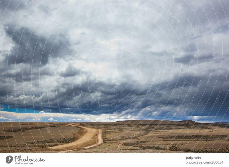 Straße und stürmische Wolken Abenteuer Argentinien schwarz blau braun Chile Wüste wüst Erde grau Einsamkeit Patagonien Regen abgelegen Himmel Unwetter dunkel