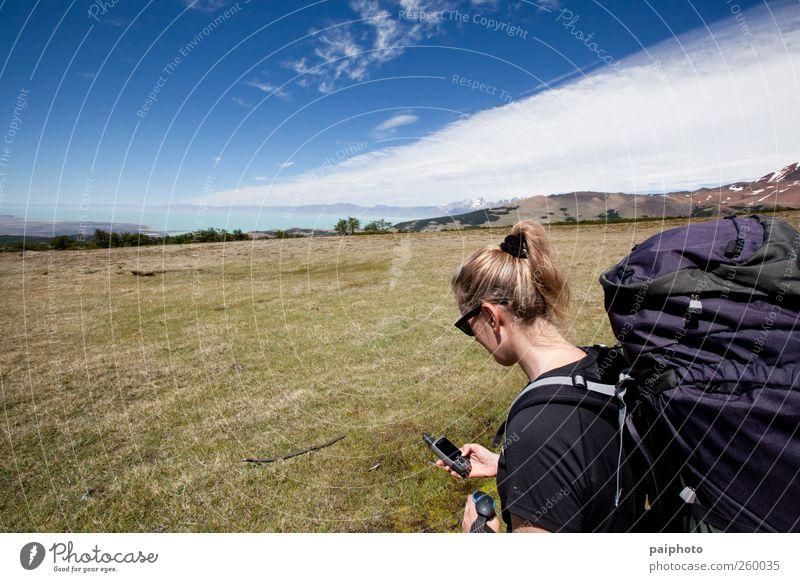 Frau Himmel blau weiß Ferien & Urlaub & Reisen Wolken gelb Berge u. Gebirge Gras See blond wandern Navigation Rucksack reisend Technik & Technologie