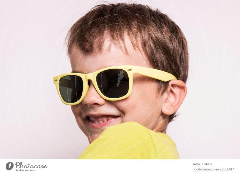 Kind mit Sonnenbrille Kopf Gesicht 3-8 Jahre Kindheit Brille beobachten Lächeln Blick Fröhlichkeit Neugier gelb Freude Coolness Freizeit & Hobby Sommer