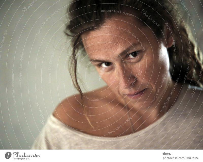 AST10 | Sista feminin Frau Erwachsene Mensch T-Shirt brünett langhaarig Rastalocken beobachten Blick schön selbstbewußt Willensstärke Wachsamkeit gewissenhaft