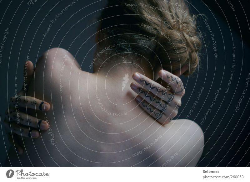behind Körper Haare & Frisuren Haut Kosmetik Schminke Mensch feminin Frau Erwachsene Rücken Hand Finger 1 kalt nackt verwundbar Farbfoto Innenaufnahme Tag Licht