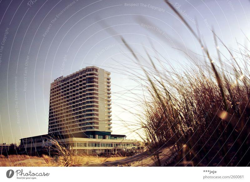 heartbreak hotel. Himmel Ferien & Urlaub & Reisen Strand Erholung Architektur Gras Sand Wind gold Beton modern Tourismus Schönes Wetter Hotel Stranddüne Balkon