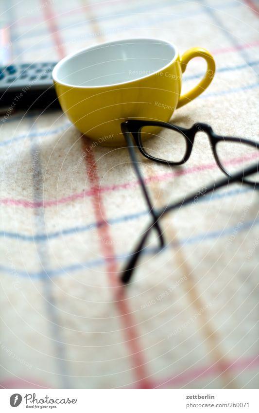 Tee Freude Zufriedenheit Wohnung Freizeit & Hobby Häusliches Leben gut Streifen Brille Sofa Tasse Wohnzimmer gemütlich kariert Haushalt Sessel