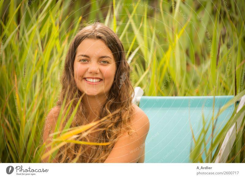 Mit dem Liegestuhl am Strand Mensch Natur Jugendliche Junge Frau Sommer schön grün Landschaft Freude 18-30 Jahre Gesundheit Erwachsene gelb feminin Küste
