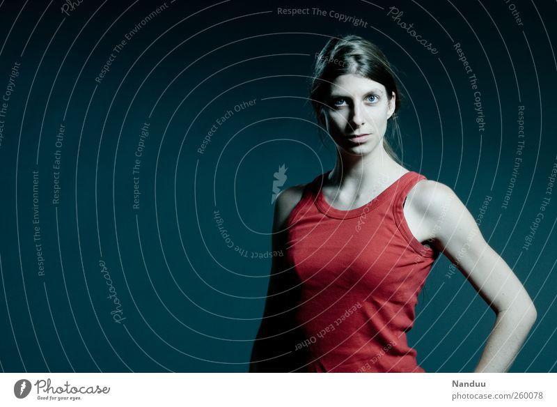 jung. dynamisch. kalt. Mensch Frau Jugendliche rot Erwachsene feminin Kraft Coolness 18-30 Jahre dünn Junge Frau sportlich Top direkt ernst