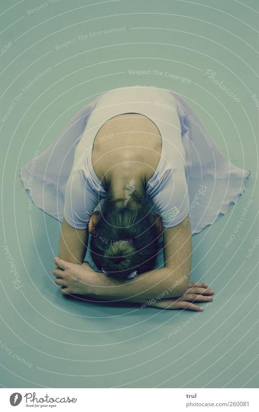 Tanzfee Körper Tanzen Rücken Arme liegen Kleid brünett Balletttänzer knien gebeugt Dutt Wirbelsäule Ballerina In sich gekehrt