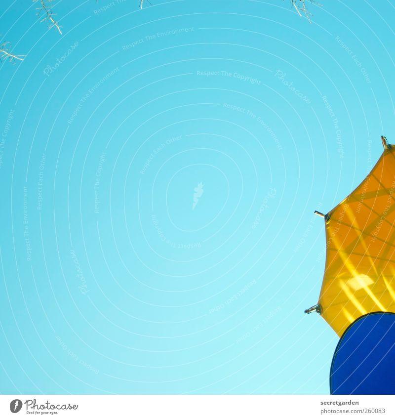 high key Wolkenloser Himmel Sommer blau gelb türkis Sonnenschirm Farbfoto mehrfarbig Außenaufnahme Tag Sonnenstrahlen Froschperspektive