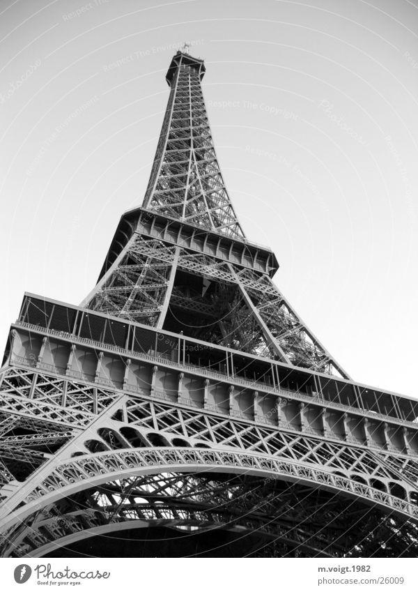 Eiffelturm Kraft Turm Schwarzweißfoto Paris Stahl Denkmal Bauwerk historisch Wahrzeichen Sightseeing Sehenswürdigkeit gigantisch Symbole & Metaphern Tour d'Eiffel Städtereise