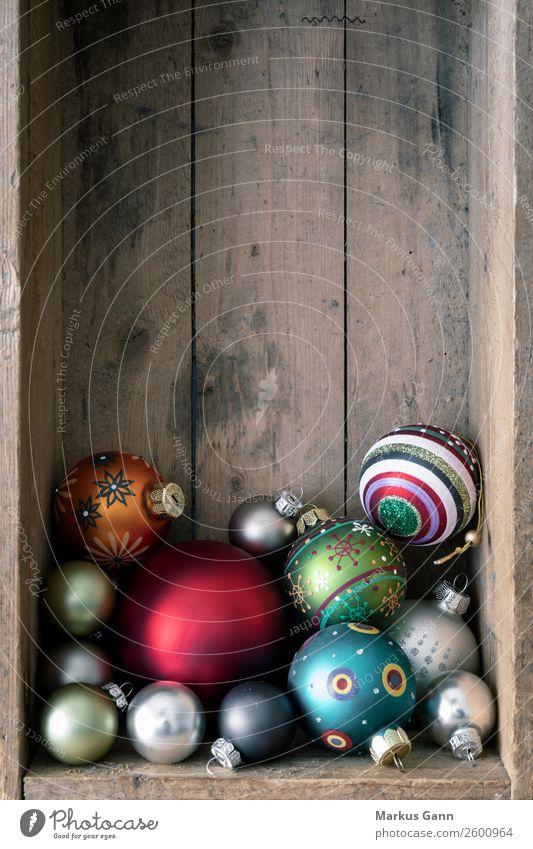 Weihnachtskugeln in der Holzkiste Stil Dekoration & Verzierung Weihnachten & Advent braun mehrfarbig Hintergrundbild Grunge Kugel Glaskugel Christbaumkugel