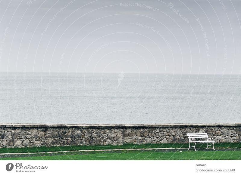 bank Wasser Meer Einsamkeit ruhig Erholung kalt dunkel Landschaft grau Stein Küste Mauer Park Wellen Nebel sitzen