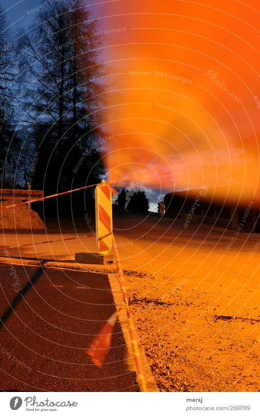 Bitte noch nicht betreten! rot schwarz Straße dunkel Bewegung Stein Schilder & Markierungen Platz Baustelle Schnur Verkehrswege Straßenbelag Barriere schließen