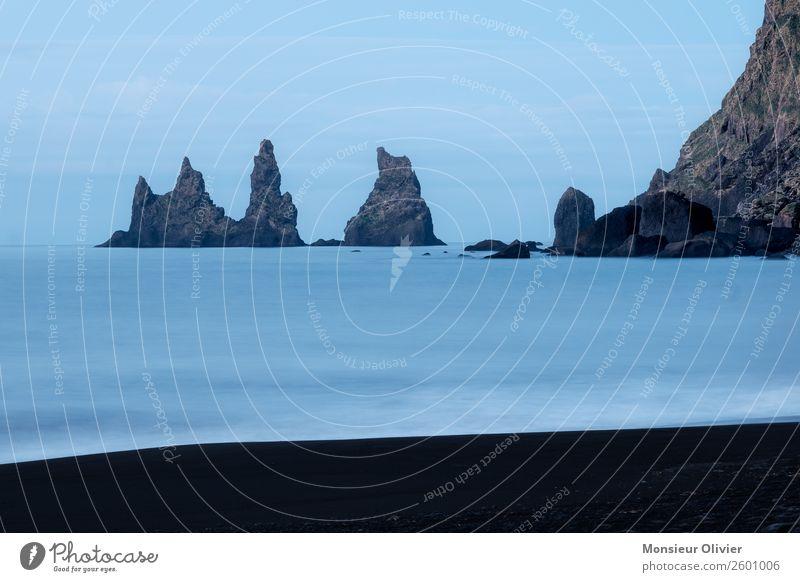 Felsen im Meer bei Vik, Island, Küste Menschenleer Strand Landschaft Natur Reisefotografie Abenteuer Außenaufnahme blau
