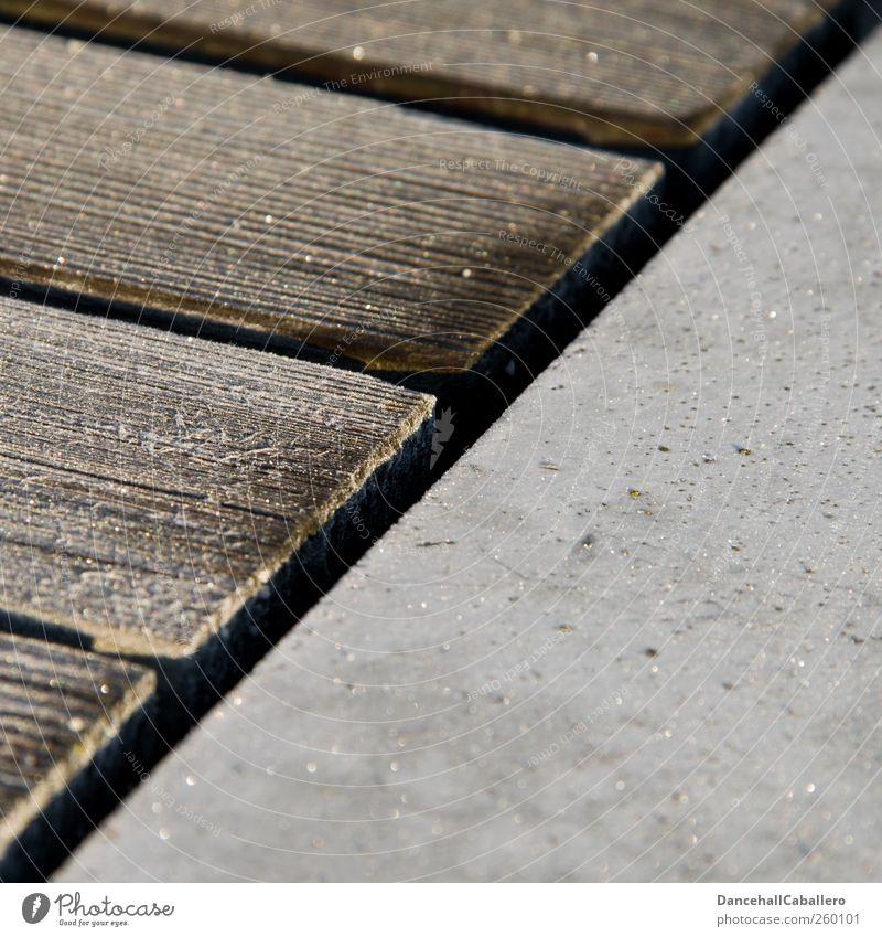 hölzerne Diagonale Eis Frost Beton Holz Linie ästhetisch dreckig braun grau Design innovativ Kreativität Symmetrie Geometrie diagonal Geodreieck
