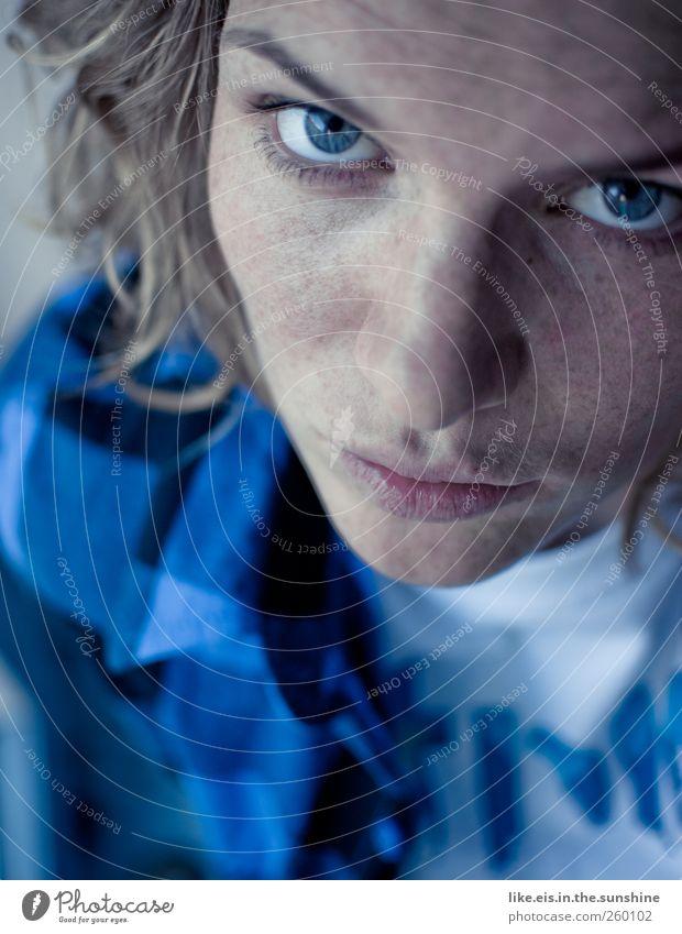 bringst du mir nutella mit? Frau Jugendliche blau schön Gesicht Erwachsene Auge feminin Gefühle Kopf Haare & Frisuren Haut Mund Nase Coolness T-Shirt