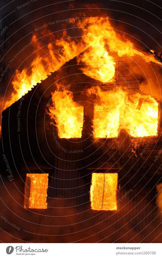 Haus gelb Holz orange Feuer heiß brennen Flamme Desaster heimwärts Versicherung Brandstiftung