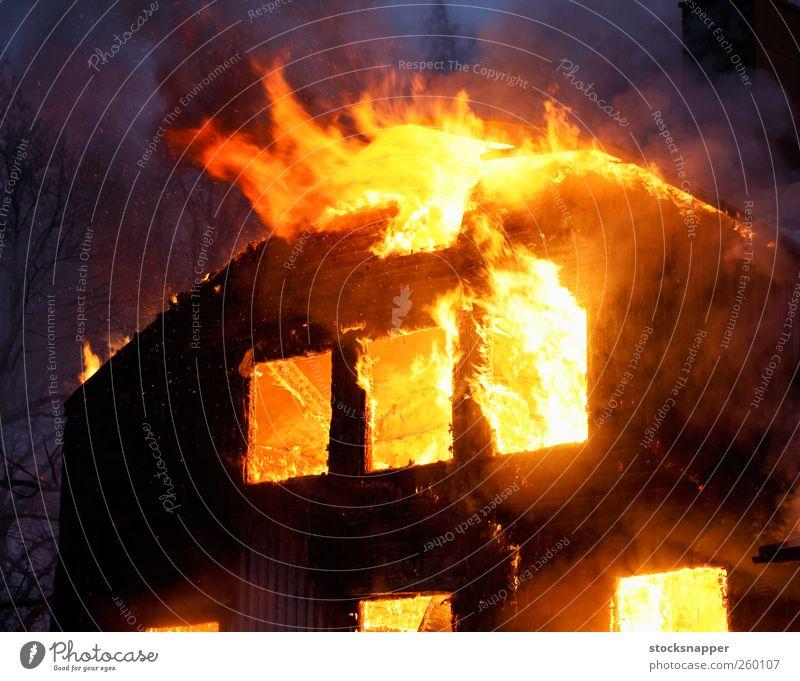 Haus gelb Holz orange Feuer brennen Flamme Desaster Versicherung Brandstiftung