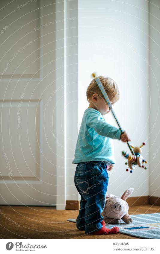 Spielzeug Leben Zufriedenheit Spielen Raum Kinderzimmer Kindererziehung Mensch Kleinkind Mädchen Junge Kindheit Gesicht Hand 1 1-3 Jahre beobachten Stofftiere