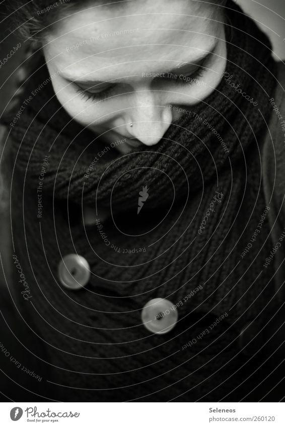 Lieblingsschal. Mensch feminin Frau Erwachsene Gesicht Auge Nase 1 Winter Mode Bekleidung Accessoire Piercing Schal Knöpfe Haare & Frisuren langhaarig träumen