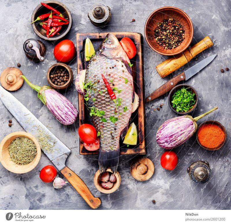 Frischer roher Fisch und Lebensmittelzutaten Karpfen Meeresfrüchte frisch Mahlzeit Bestandteil Gesundheit Schneidebrett Essen zubereiten Paprika Tomate Gemüse