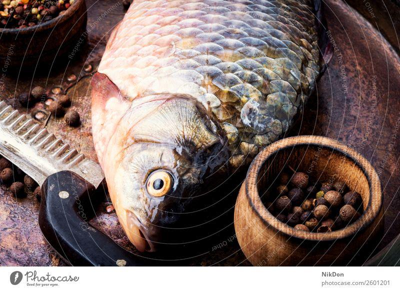 Frischer roher Fisch und Lebensmittelzutaten Karpfen Meeresfrüchte frisch Mahlzeit Bestandteil Gesundheit Essen zubereiten Vorbereitung Tisch Gewürz Salz