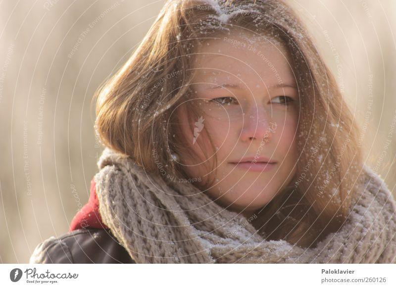 Eiskalter Schnee feminin Junge Frau Jugendliche Schwester 1 Mensch Winter Leder Schal brünett langhaarig genießen Blick schön Farbfoto mehrfarbig Außenaufnahme
