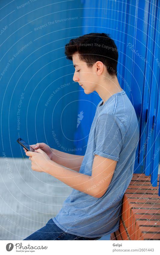 Porträt eines Teenagers Lifestyle Glück Gesicht Spielen Musik Telefon PDA Technik & Technologie Mensch Junge Mann Erwachsene Jugendliche Straße Mode hören