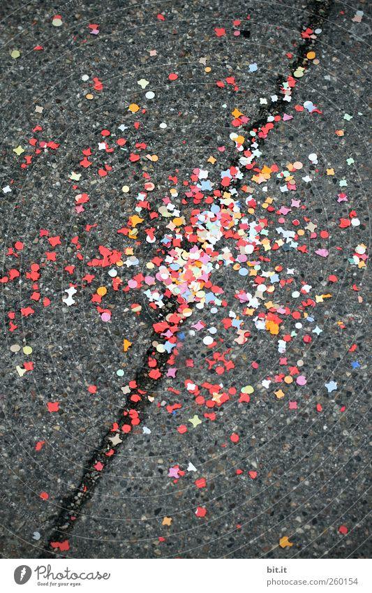 Zerstreuung Stadt rot Freude schwarz Straße Wege & Pfade grau Stein Linie Feste & Feiern dreckig liegen Platz Fröhlichkeit Papier Dekoration & Verzierung