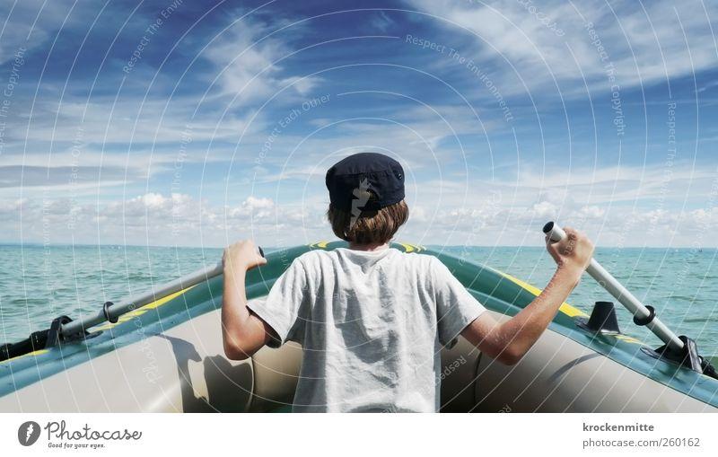 Der Junge und die See Mensch Himmel Jugendliche Ferien & Urlaub & Reisen Sommer Freude Wolken Freiheit Bewegung See Wasserfahrzeug Kindheit Ausflug maskulin frei Abenteuer