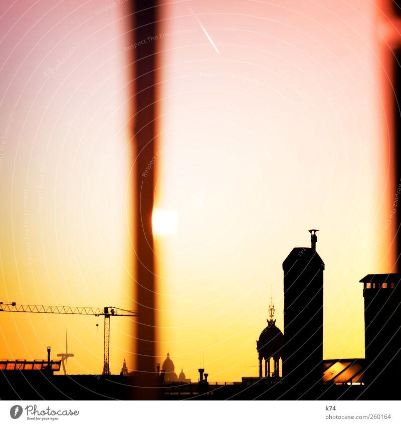 217674 Stadt Hauptstadt Stadtzentrum Altstadt Skyline Menschenleer Haus Fenster Dach Schornstein leuchten Wärme gelb rosa Gelassenheit ruhig Kran Farbfoto