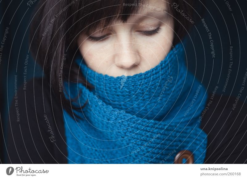 9:45 uhr, -10,6°C feminin Junge Frau Jugendliche Erwachsene Gesicht Mensch 18-30 Jahre Winter Mode Wolle Accessoire Schal brünett Pony frieren träumen kuschlig