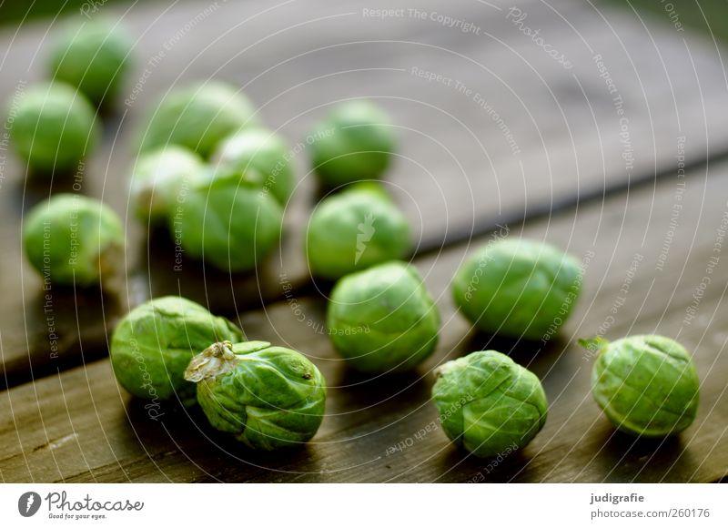 Rosenkohl grün Ernährung Lebensmittel Holz klein rund Gemüse Bioprodukte Vegetarische Ernährung