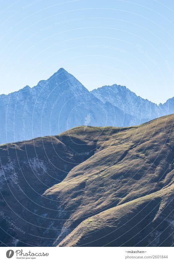 Berge Natur Landschaft Erde Luft Himmel Wolkenloser Himmel Wiese Wald Hügel Felsen Alpen Berge u. Gebirge Gipfel natürlich blau braun grün Bergkamm wandern