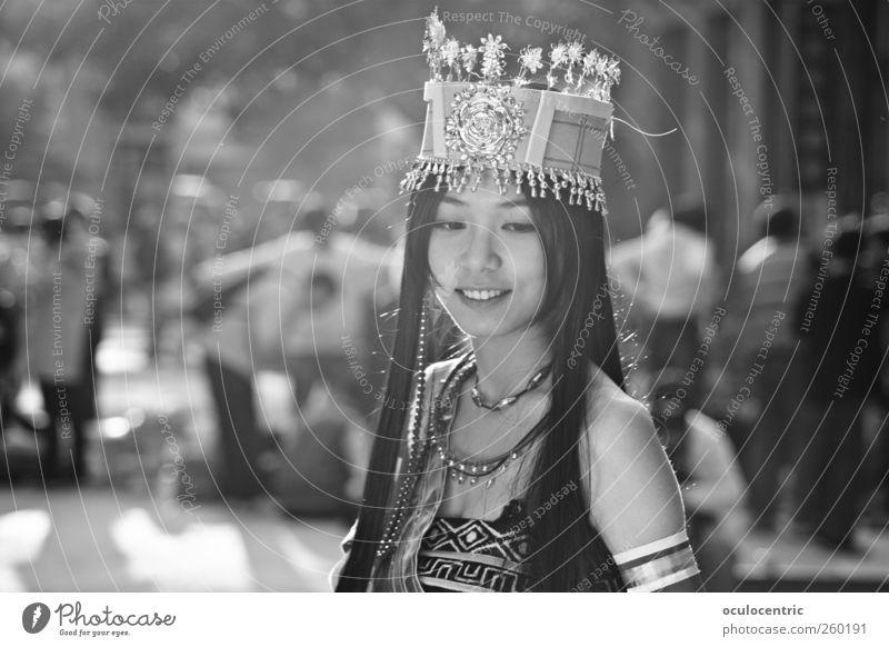 Die zarte Prinzessin Mensch Jugendliche schön Freude Erwachsene feminin Haare & Frisuren Glück außergewöhnlich Fröhlichkeit stehen leuchten Lifestyle 18-30 Jahre Kleid Lächeln