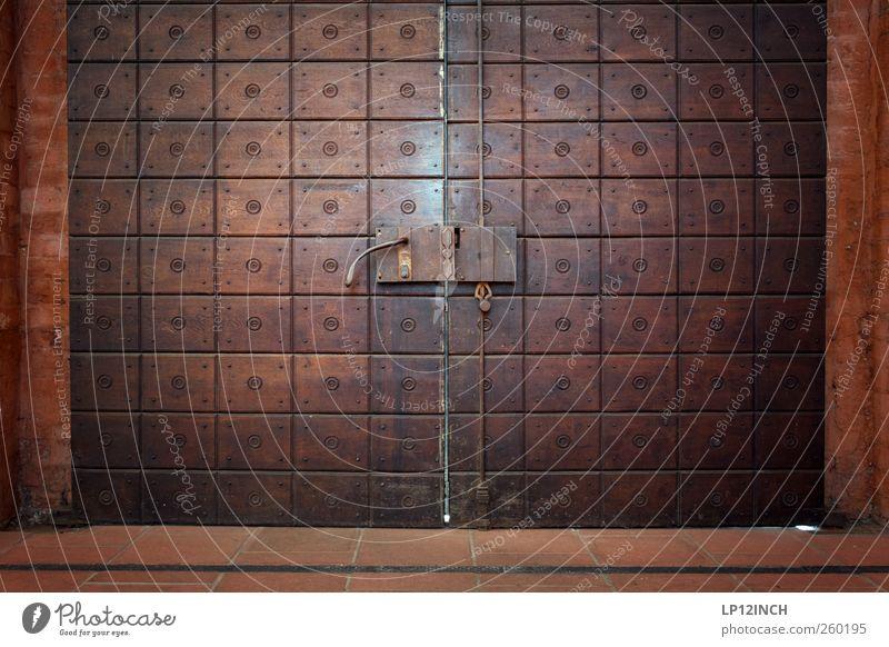 The Doors XIII Altstadt Haus Kirche Gebäude Tür Holz dunkel historisch Angst Eingangstür Eingangstor Griff Schloss Farbfoto Außenaufnahme Menschenleer Tag