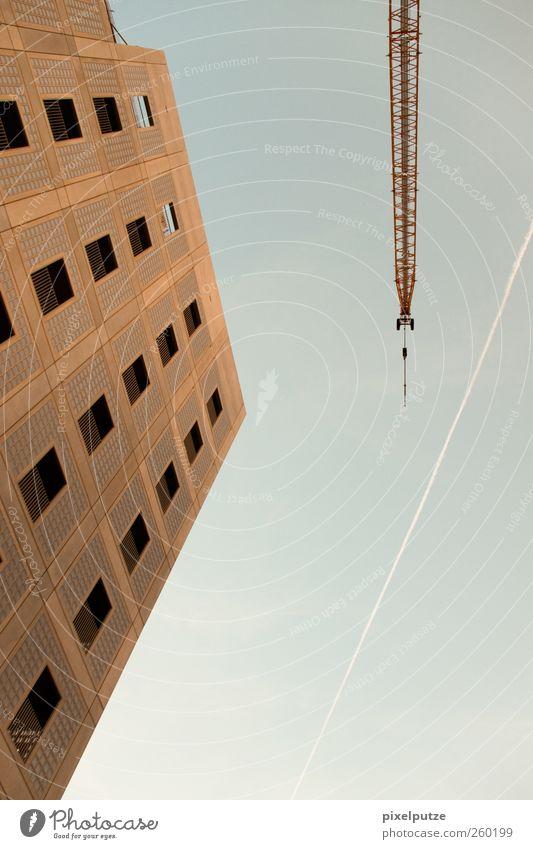 wachsende neubauten II Himmel Stadt Fenster Architektur hoch modern Hochhaus Baustelle Skyline Kran bauen Kondensstreifen