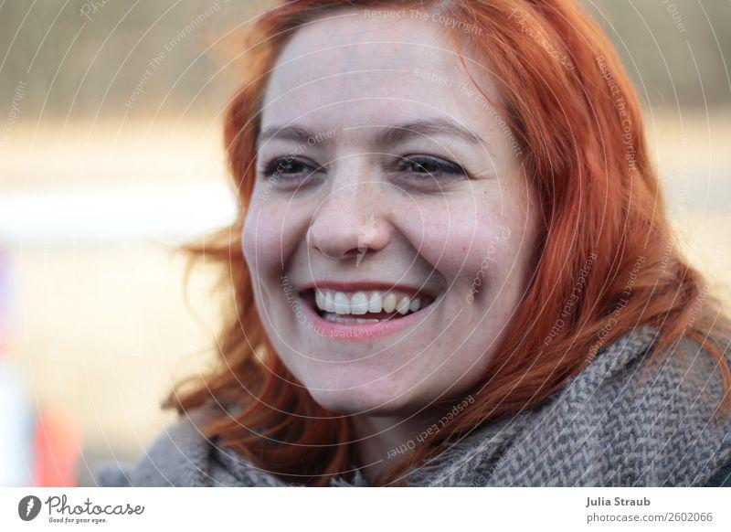 Lachen Herzlich Rote Haare feminin Frau Erwachsene 1 Mensch 30-45 Jahre Schal rothaarig langhaarig lachen Coolness Fröhlichkeit schön Freude Glück Farbfoto