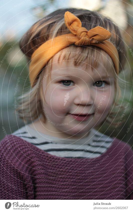 Mädchen Stirnband süß feminin Kind Kleinkind Kindheit 1 Mensch 1-3 Jahre Pullover Strickpullover Schleife blond Locken Pony Lächeln sitzen frech Freundlichkeit