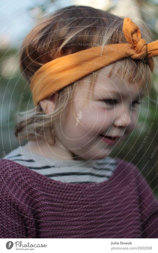 Mädchen Süss Stirnband feminin Kleinkind 1 Mensch 1-3 Jahre Schönes Wetter Garten Strickpullover Streifenpullover Schleife blond kurzhaarig Locken Pony Lächeln