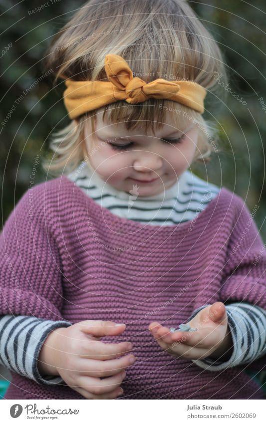 Mädchen spielen Stirnband Mensch feminin Wiese klein Spielen blond Kindheit sitzen Schönes Wetter niedlich Neugier festhalten violett Kleinkind brünett