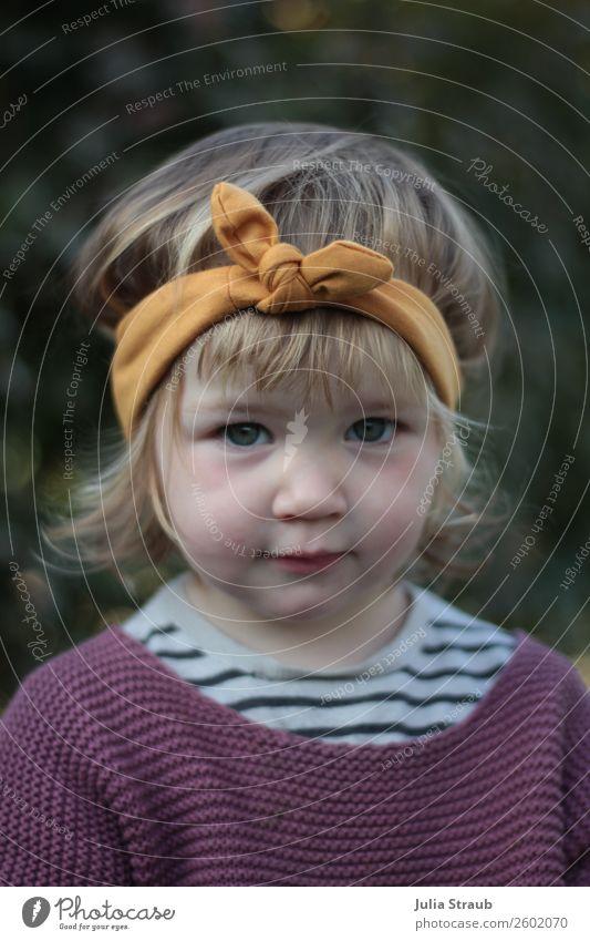 Mädchen süß Stirnband feminin Kleinkind 1 Mensch 1-3 Jahre T-Shirt Strickpullover Streifenpullover Schleife brünett blond kurzhaarig Locken Pony Blick klein