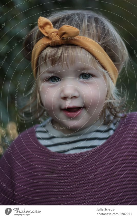 Mädchen Stirnband Strickpulli Mensch schön gelb sprechen feminin blond Kindheit einzigartig niedlich Coolness violett trendy Kleinkind brünett Locken