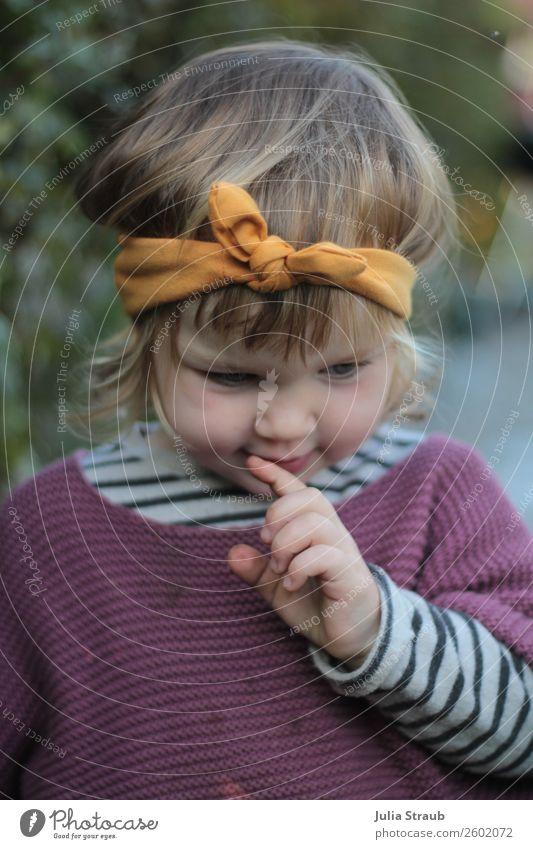 Mädchen Grübeln Stirnband Mensch schön gelb feminin Garten Denken nachdenklich blond Kindheit sitzen Finger niedlich beobachten violett Kleinkind